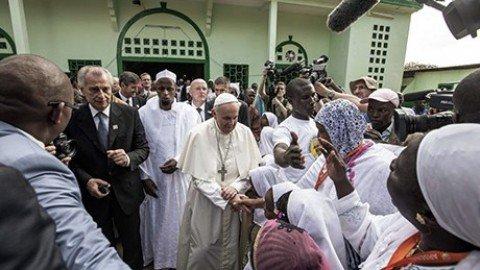 Francesco prega in moschea, poi con l'imam sulla papa-mobile