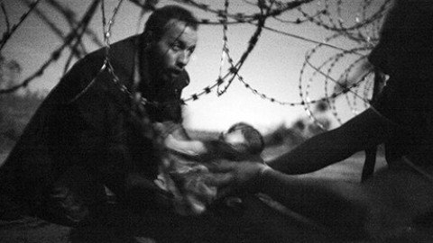World Press Photo, il neonato migrante è la foto dell'anno