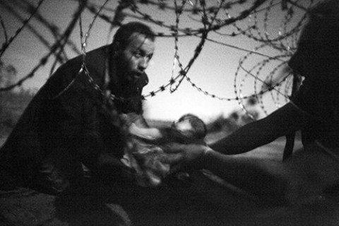 World Press Photo, il neonato migrante è la foto dell'anno