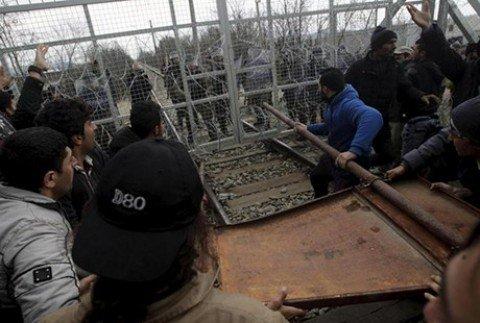 Migranti, scontri al confine tra Grecia e Macedonia e a Calais