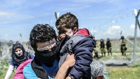 Idomeni. La polizia macedone spara lacrimogeni contro i migranti: decine i feriti