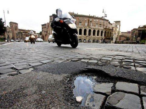 Roma, l'82 per cento delle strade è danneggiata da una buca