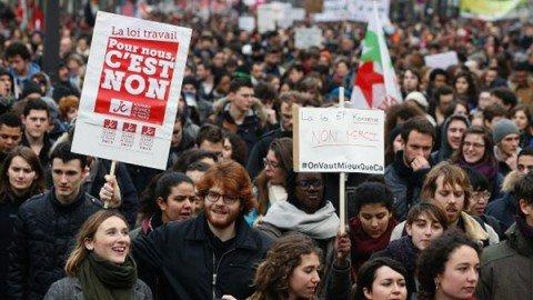 Francia, la protesta non si ferma: chiuse tutte le raffinerie