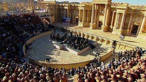 L'Orchestra di San Pietroburgo suona nell'antico teatro di Palmira