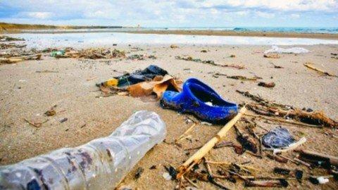 Sulle spiagge italiane 714 rifiuti ogni 100 metri