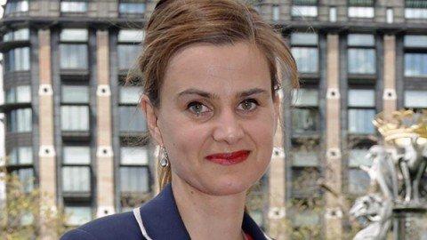 """Deputata laburista uccisa a colpi d'arma da fuoco. L'assalitore ha gridato: """"Prima la Gran Bretagna"""""""