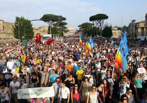 """Sfila il Roma Pride, """"siamo 700.000"""" dicono gli organizzatori"""