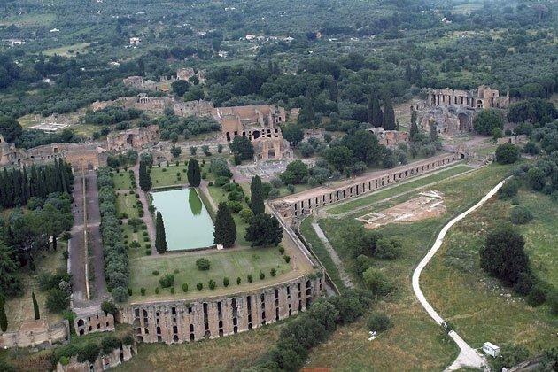 Visuale aerea dell'area del Pecile, un grande giardino racchiuso in una struttura porticata e dipinta con magnifiche scene sull'esempio della sto poikìlie ateniese