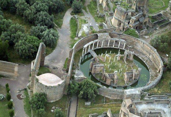 Il suggestivo Teatro marittimo, raggiungibile tramite un ponte levatoio, probabilmente prima residenza provvisoria dell'imperatore Adriano all'interno della villa