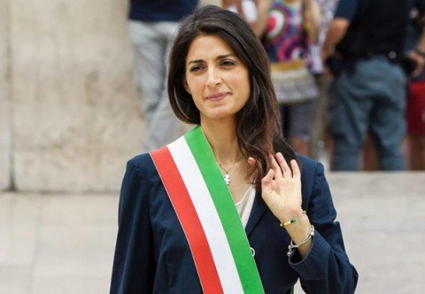 Caos a Roma, Raggi revoca il capo di gabinetto. Lasciano assessore al bilancio e vertici Atac e Ama