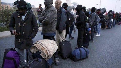 """Calais, la Francia inizia lo sgombero della """"giungla"""""""