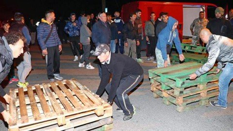Barricate dei cittadini nel Ferrarese, respinti i profughi