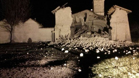 Due forti terremoti di magnitudo 5.9 e 5.4 al confine tra Marche e Umbria