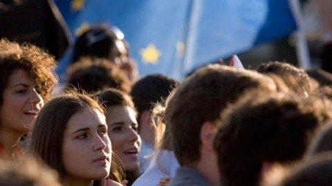 """Giovani italiani sempre più """"mammoni"""": il 67,3% vive ancora a casa coi genitori"""