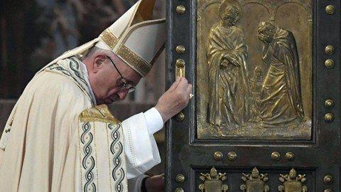 Si conclude il Giubileo della Misericordia, il Papa chiude la Porta Santa a San Pietro