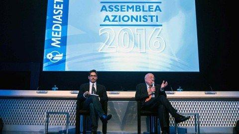 """Mediaset, Vivendi al 26%. La famiglia Berlusconi: """"Resistiamo"""""""