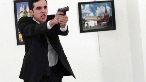 Ucciso l'ambasciatore russo in Turchia in un attentato di matrice islamista