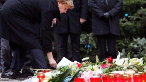 Strage a Berlino, rilasciato il pakistano fermato. L'Isis rivendica l'attentato. Paura per un'italiana