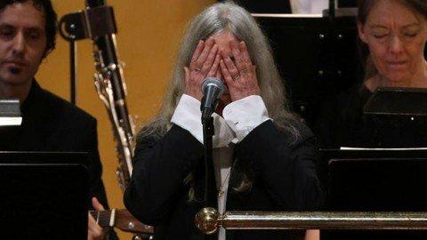 Bob Dylan non c'è ma il Teatro dei Nobel gli dedica una standing ovation. E Patti Smith piange