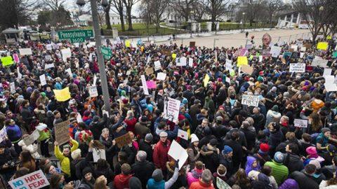 """Stop all'immigrazione, rivolta in Usa. Il New York Times: """"Parziale retromarcia, bando depotenziato"""""""