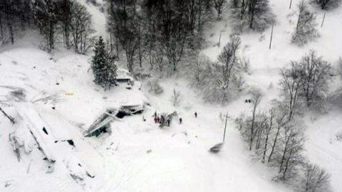 """Hotel travolto da valanga, quattro morti e oltre 25 dispersi: """"Aspettavano spazzaneve per andare via"""""""