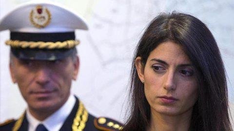 """Raggi è indagata per falso per la nomina del fratello di Marra: """"Ho avvisato Grillo, sono serena"""""""