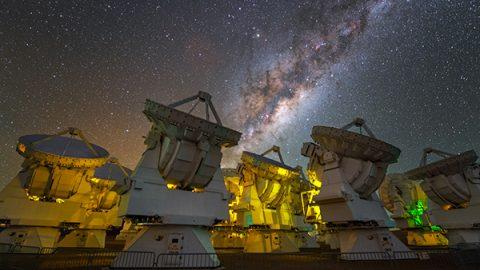 """Scoperti 7 pianeti """"gemelli"""" della Terra: 3 di loro potrebbero ospitare la vita"""