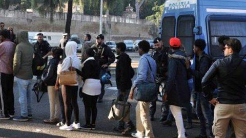 """Il sindaco Pd di Vitulano: """"No a nuovi migranti, chiudo la strada"""". E il prefetto chiude il centro accoglienza"""