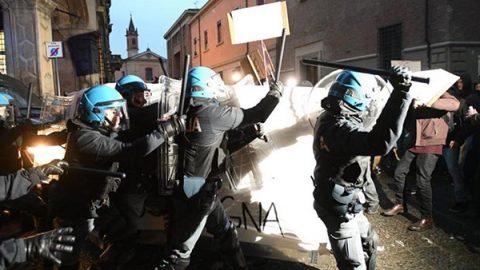 A Bologna ancora scontri tra antagonisti e forze dell'ordine