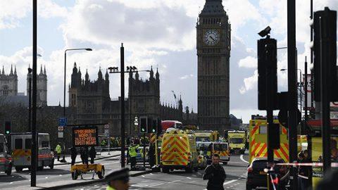 Londra, auto sulla folla davanti al Parlamento: tre morti e diversi feriti.