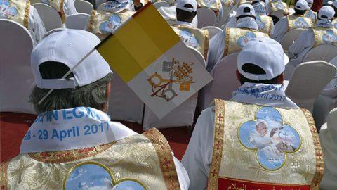 """Francesco saluta l'Egitto, folla alla messa: """"Meglio non credenti che ipocriti"""""""