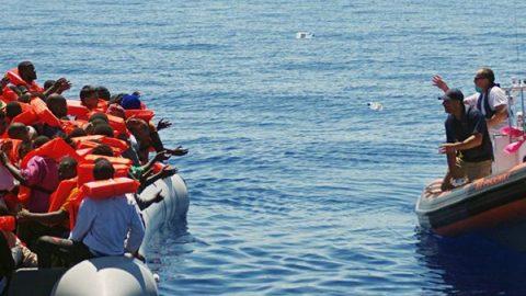 Emergenza sbarchi nel Mediterraneo: in tre giorni salvate 8.500 persone, 13 i morti