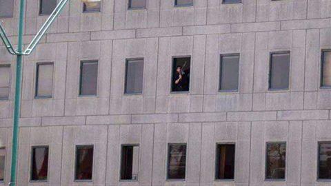 """Attacco Isis all'interno del Parlamento in Iran: """"Dieci morti."""" Kamikaze al mausoleo di Khomeini"""