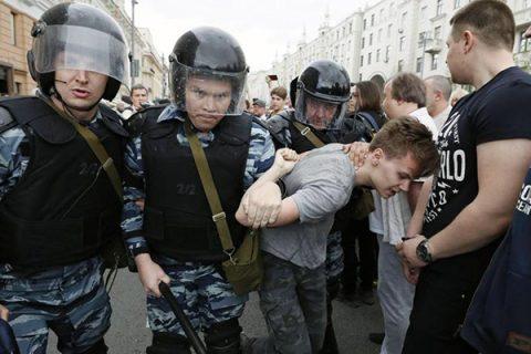 Cortei anti-Putin, migliaia di arresti in Russia: torna in manette il blogger Navalny