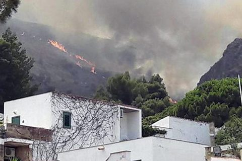 Incendi, in un mese bruciata la stessa superficie di tutto il 2016. Due morti in Calabria