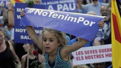 """Mezzo milione di persone a Barcellona per la manifestazione: """"Non ho paura"""""""