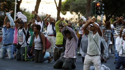 Tensione a Roma per lo sgombero di migranti. Bottiglie e sassi contro la polizia