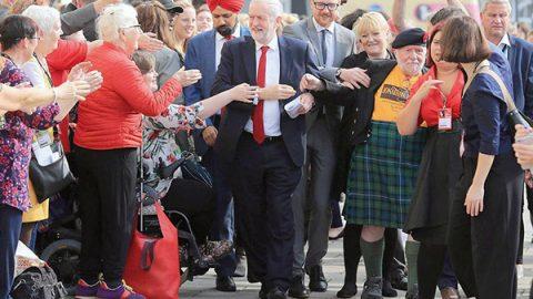 """La sfida di Corbyn ai robot: """"Ci tolgono il lavoro"""""""