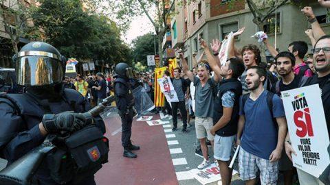 La polizia arresta 14 funzionari catalani per evitare il referendum: scoppia la tensione