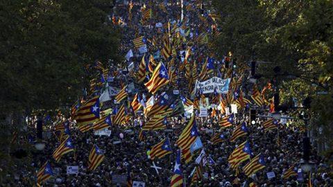 """Madrid revoca l'autonomia alla Catalogna. Rajoy: """"Recuperare legalità nuove elezioni in sei mesi"""""""