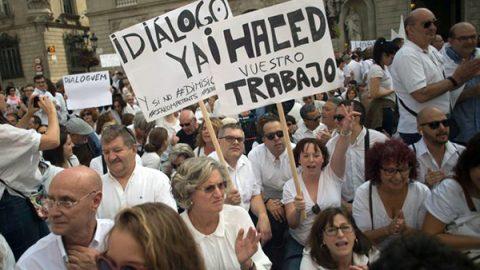 Migliaia di persone sfilano a Barcellona e Madrid per chiedere unità e dialogo