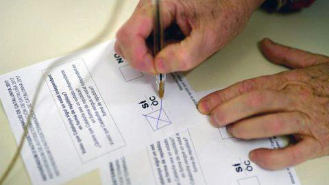 Catalogna al voto, blitz e cariche della polizia nazionale nelle scuole. Oltre 400 feriti