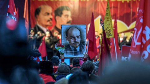 Bandiere rosse con falce e martello, ritratti di Lenin e Stalin: a Mosca tornano i comunisti