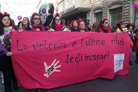 Violenza sulle donne, oggi il corteo a Roma. Boldrini: non bastano le leggi, gli uomini capiscano