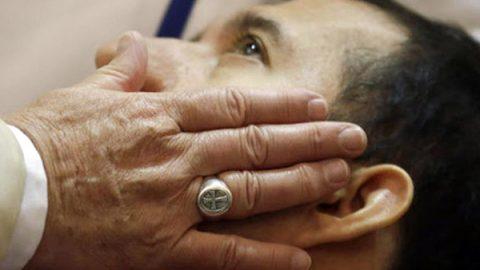 """Fine vita, il Papa apre alla sospensione delle cure: """"Non sarebbe eutanasia"""""""
