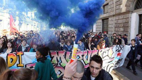 Studenti in piazza in 40 città italiane contro la manovra e l'alternanza scuola-lavoro