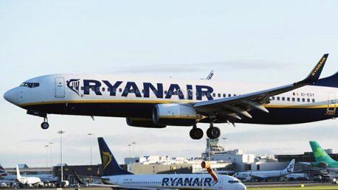 """Il governo contro Ryanair: """"Minacce indegne ai dipendenti"""". Il Garante: """"Fuori dalla Costituzione"""""""