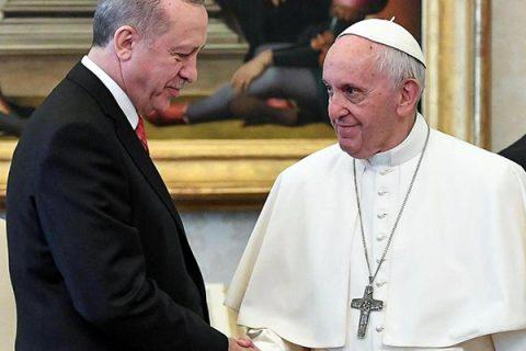 """Il presidente Erdogan in Vaticano: Papa Francesco gli dona """"Angelo della Pace"""""""