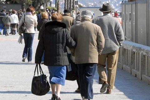Cala il numero degli italiani ma sale l'età media. Sempre più anziani, nuovo crollo delle nascite