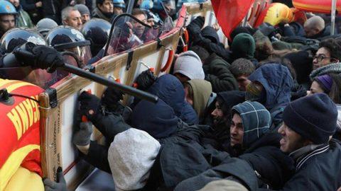 """Scontri tra polizia e anti-fascisti a Milano, Salvini """"giura"""" in piazza Duomo. A Roma un doppio corteo"""
